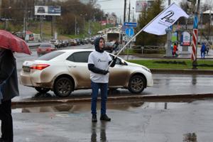Промоутер с флагом