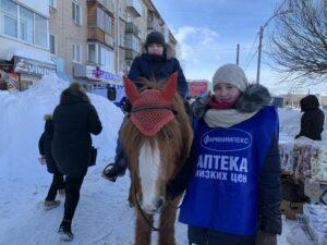 Лошадка катает детей