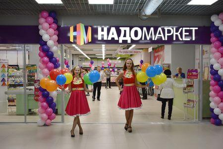 Промоутеры встречают гостей воздушными шарами