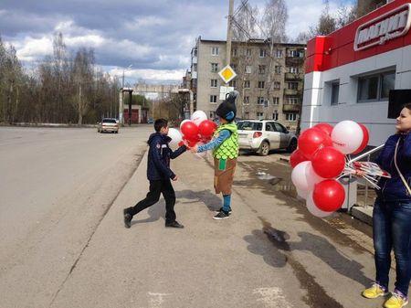 Промоутер раздает шары