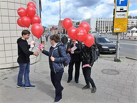 Промоутер раздает шарики