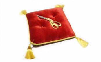 Ножницы и подушечка для церемоний